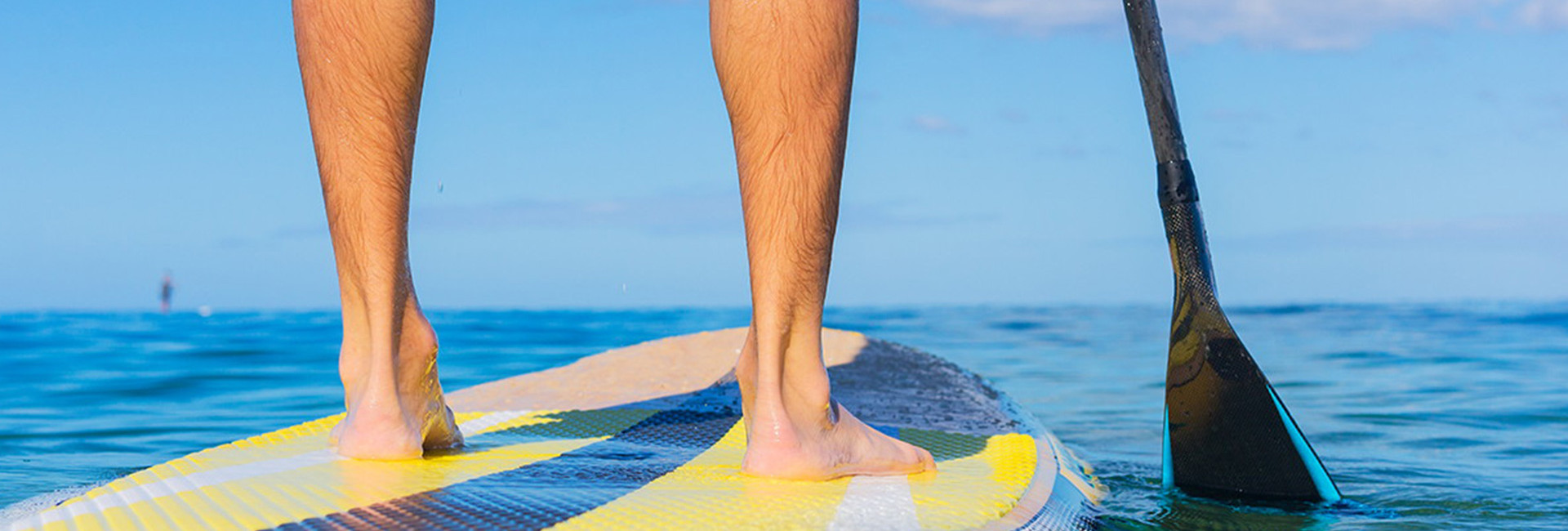 Dude's feet on a yellow paddleboard